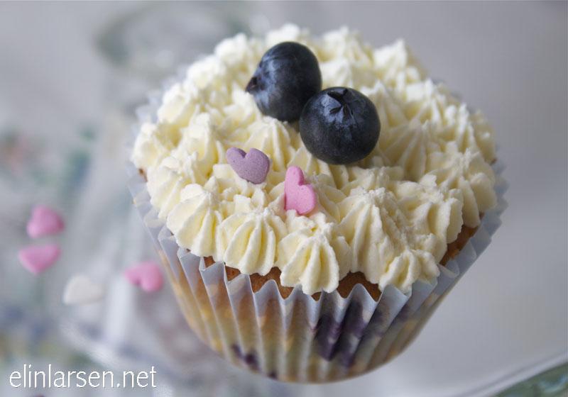 Blåbær cupcakes med hvit sjokolade frosting