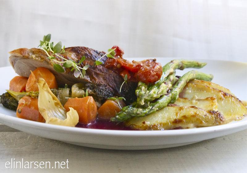 Lammelår med med ovnsbakte grønnsaker, potetgrateng og rødvinssaus