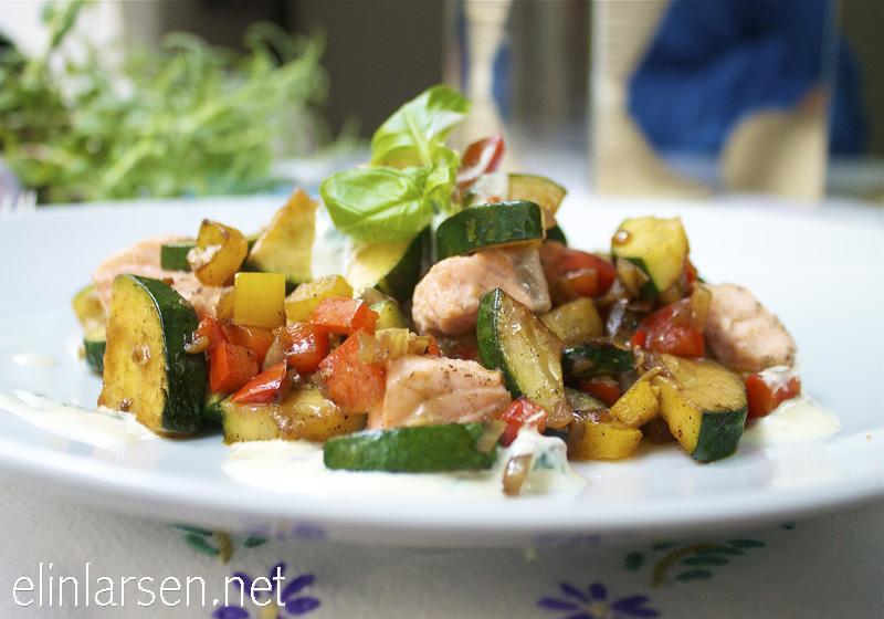 Laks og grønnsakswok med basilikumsaus