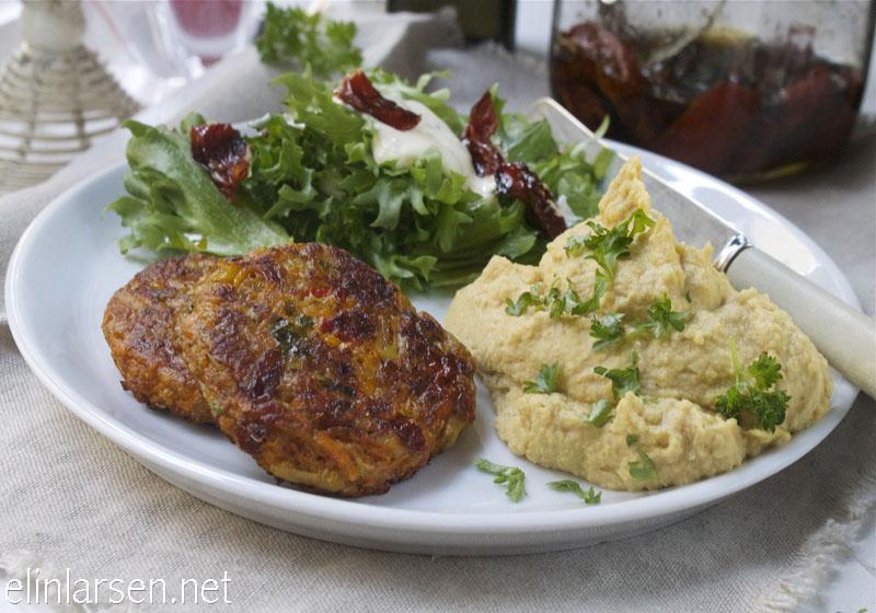 Vegetarburger, humus og salat
