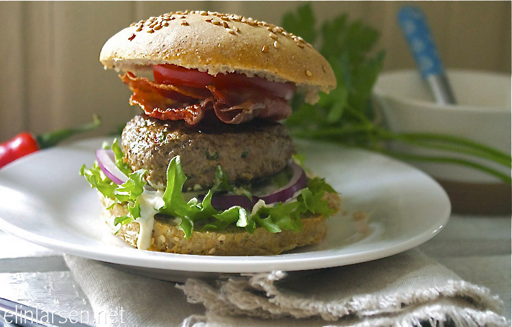 Chiliburger med sprøstekt serranoskinke og grovt hamburgerbrød