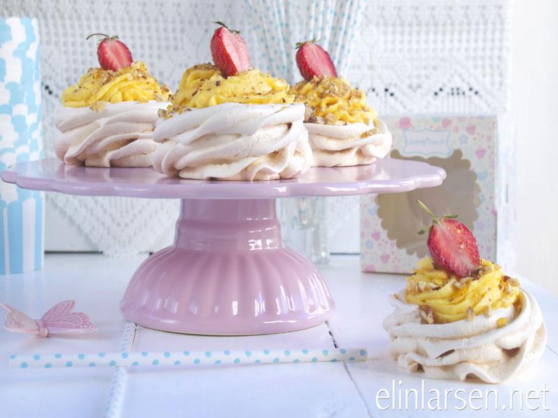 Minipavlova med lemonfrosting og krokan