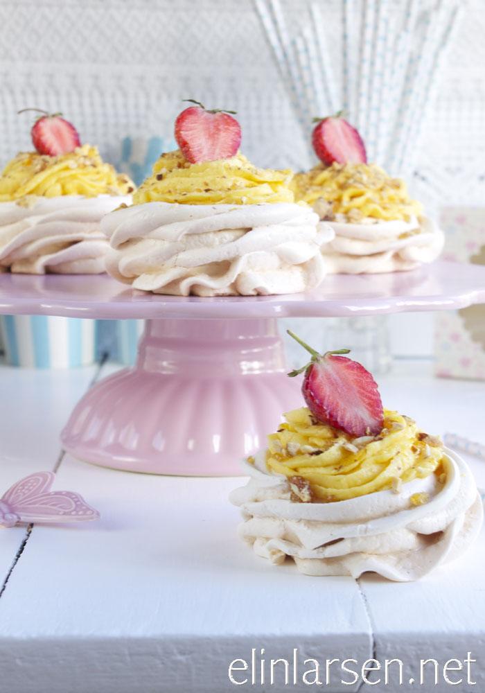 Minipavlova roser med jordbær, lemonfrosting og krokanstrøssel