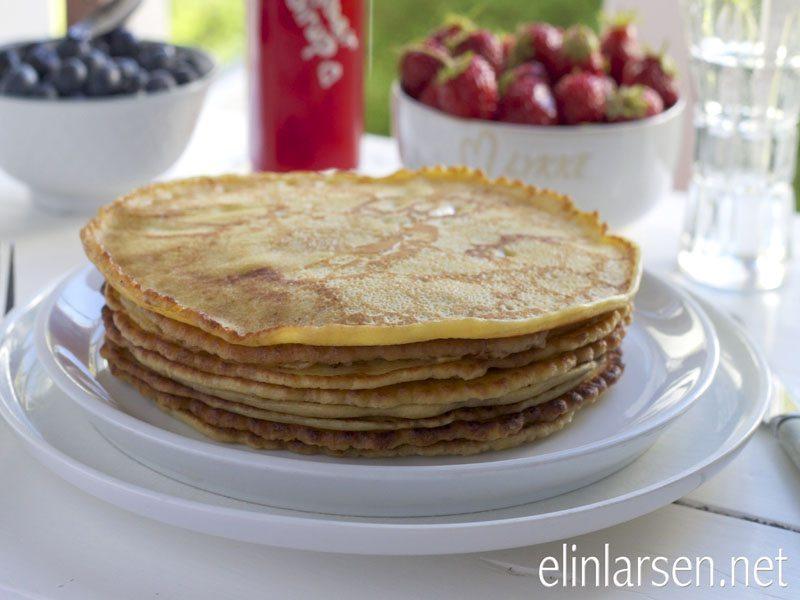 Pannekaker med bær toppet med jordbærsirup