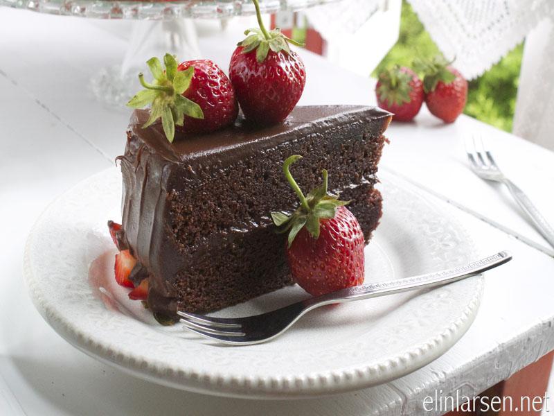 Sjokoladekake med myk nougatgfyll med norske jordbær_edited-1