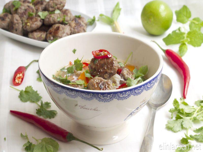 Thai-oksesuppe med risnudler