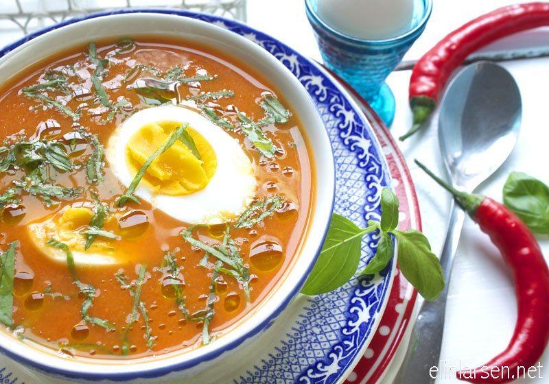 Hjemmelaget tomatsuppe med chili og basilikum