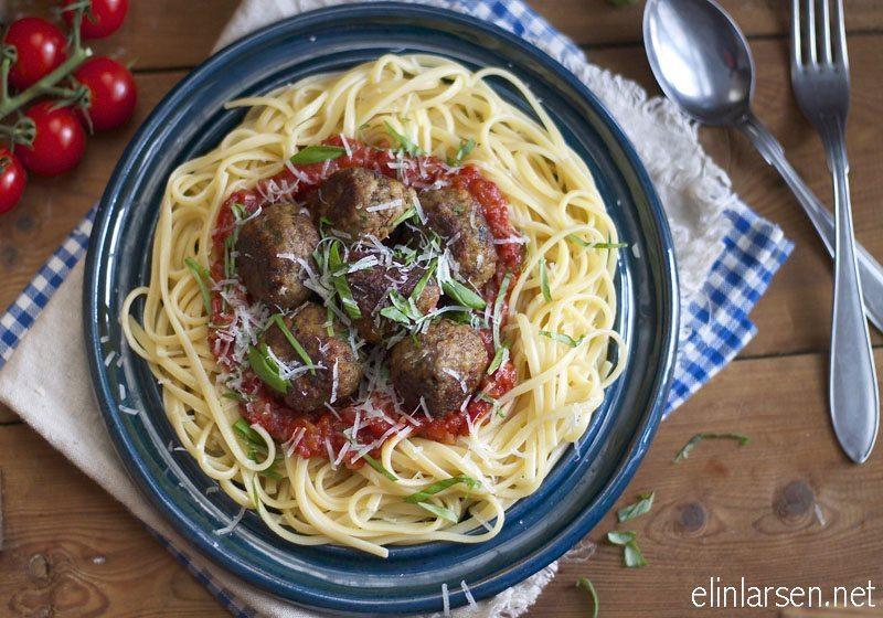 Kjottboller, tomatsaus og linguine