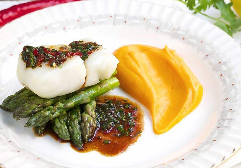 Bakt torsk med sotpotetmos, lettstekte asparges og soyasmor