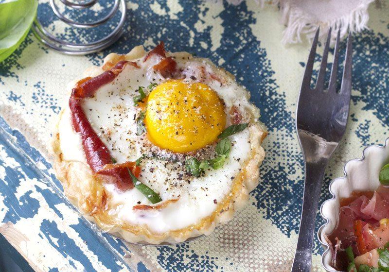 Egg og bacon i miniterte