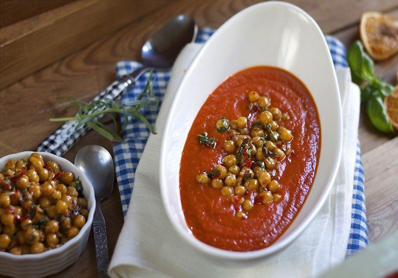 Tomatsuppe med chilistekte kikerter
