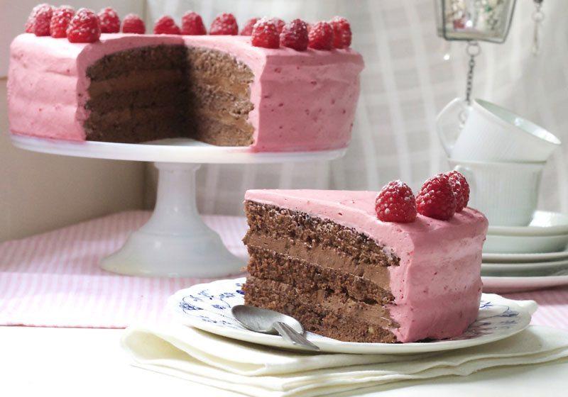 Oreosjokoladekake med bringebaermousse og oreofrosting