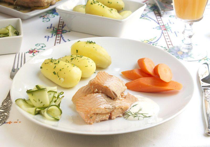 Sitron- og urtebakt hel orret med agurksalat, potet og pepperrotkrem