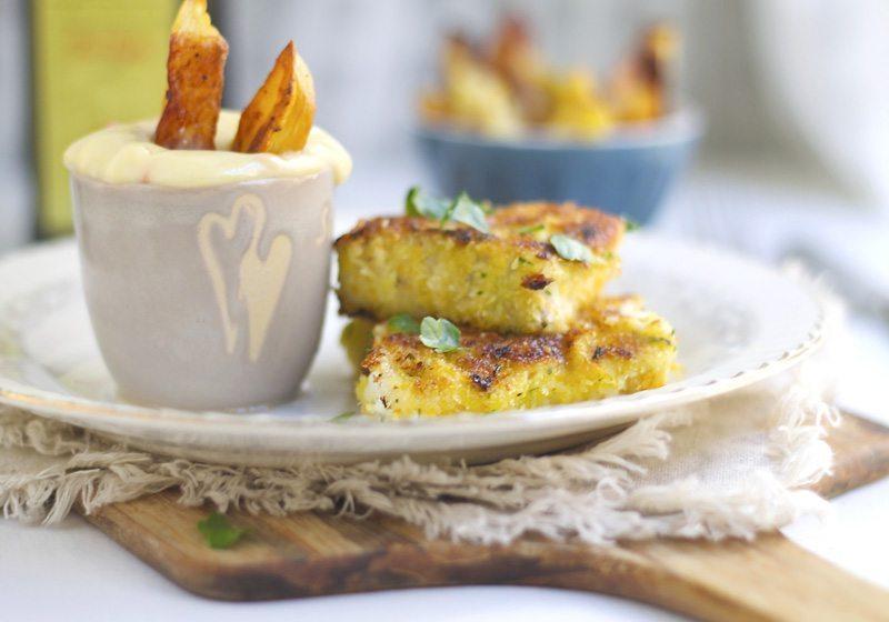 Hjemmelagde fiskepinner og chips