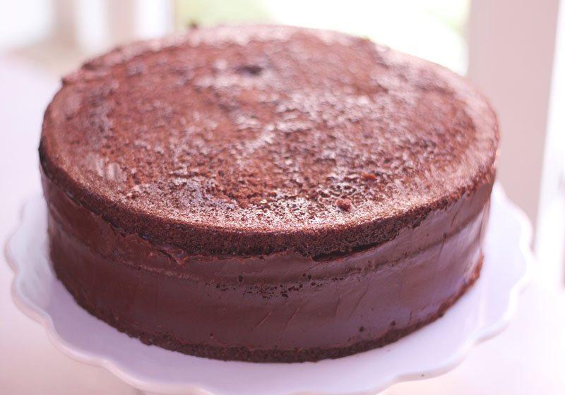 Jevn ut kantene med sjokoladeglasur