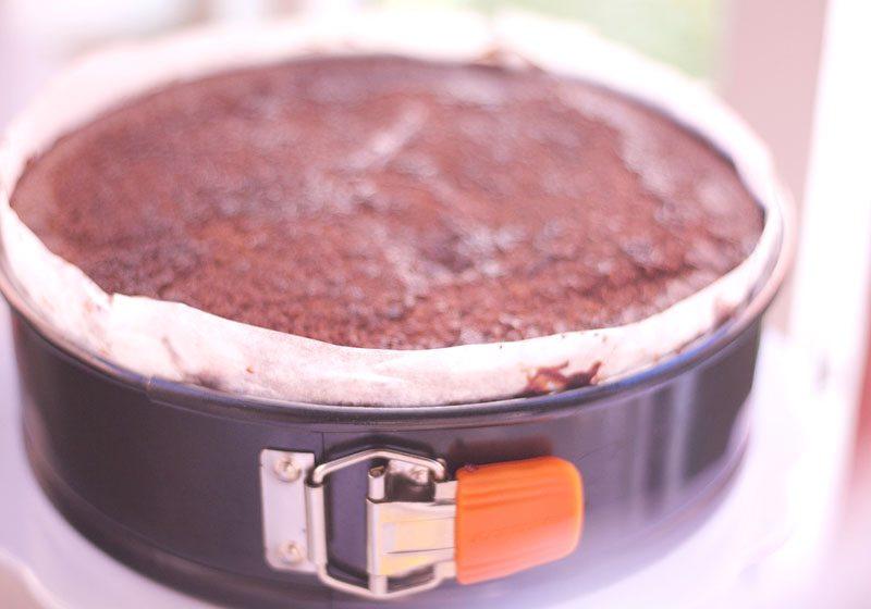Legg kakebunn og glasur lagvis i en form