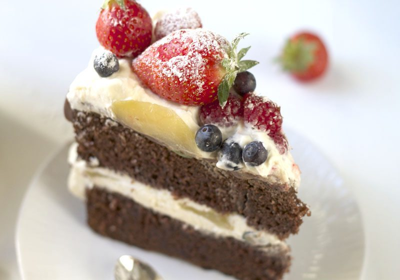 Sjokoladekake med krem og baer