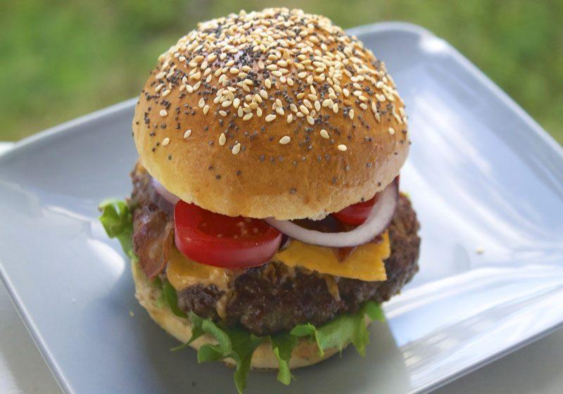 saftig burger med cheddar