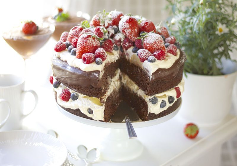 sjokoladekake med paerer, krem og baer