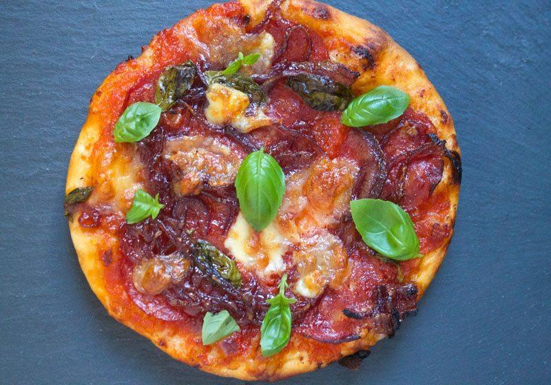 fredagspizza med mozzarella og syltet rodlok