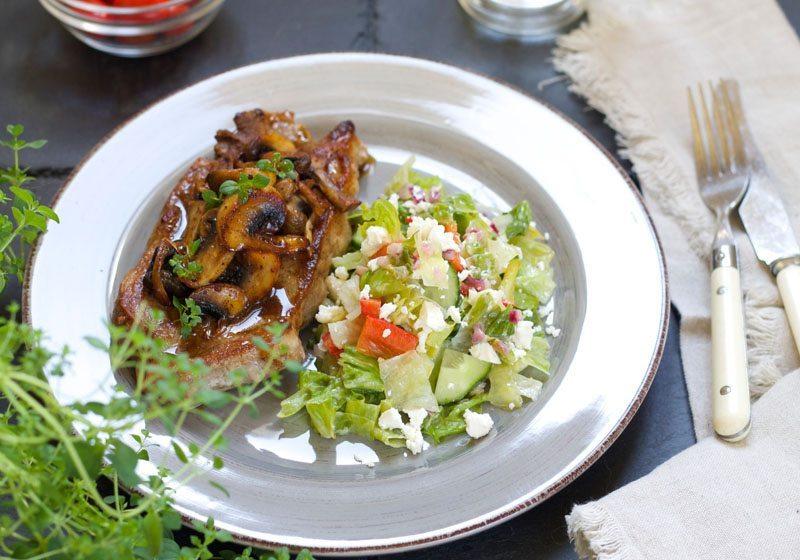 Saftige nakkekoteletter med salat og vinaigrette