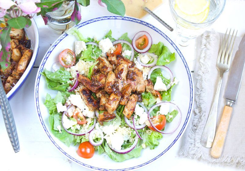 gresk couscoussalat med marinert svinekjott, fetaost
