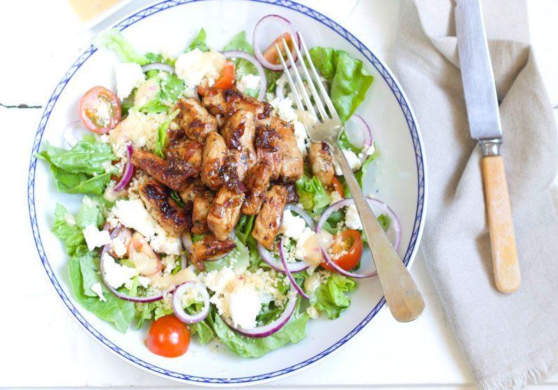 gresk couscoussalat med marinert svinekjott og fetaost
