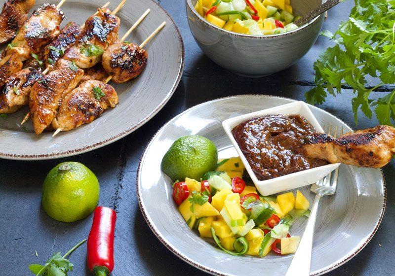 kyllingsatay med peanottsaus og mangosalat