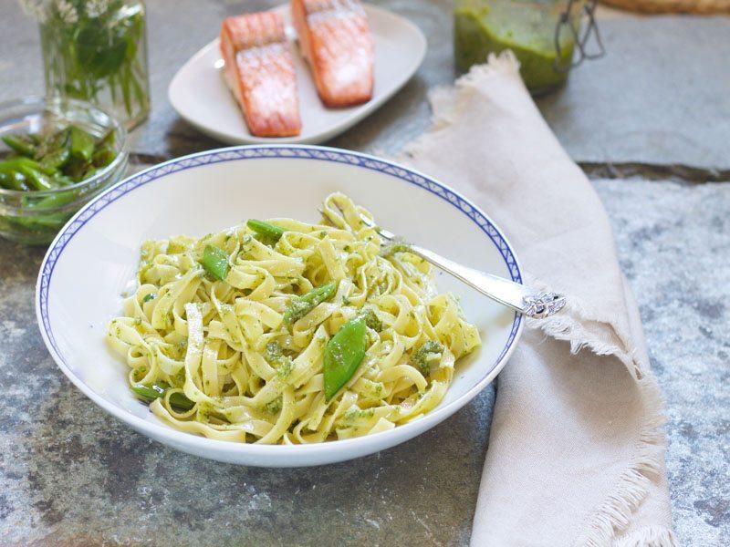 pasta med hjemmelaget pesto og stekt laks