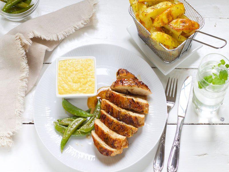 skinnstekt-kyllingbryst-med-maiskrem-og-potetstaver